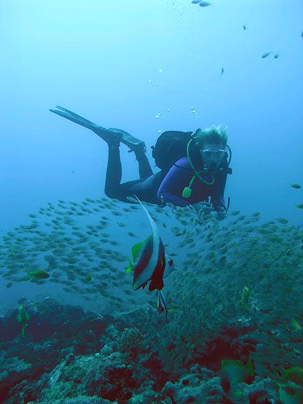 Photo,  Mariann et les poissons de verre prise par Omar Agis Saca