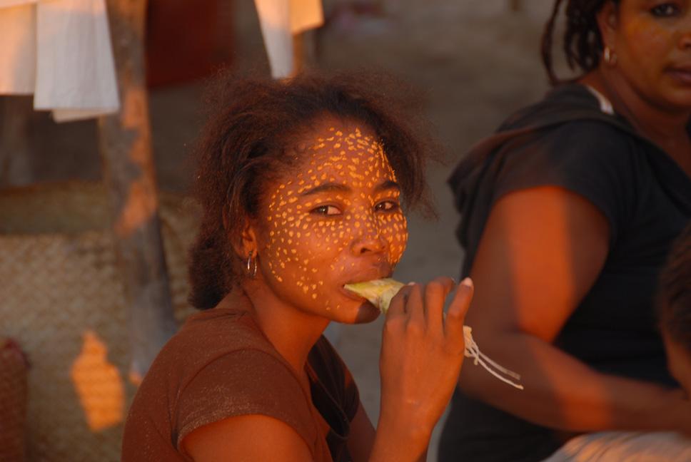 Photo,  Mangily - Femme masquée prise par Jean Mazerand